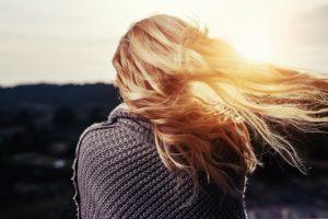 風で金髪の髪がなびいている写真