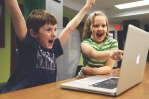 スターバックス福袋 オンラインで応募して喜ぶ子供2人