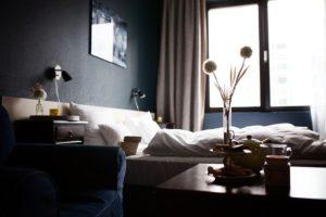 ホテルの部屋のモノクロ写真