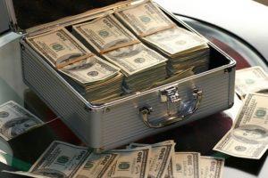 お金の束がアタッシュケースに入っている写真
