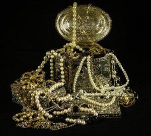 宝箱にゴールドや真珠の宝石